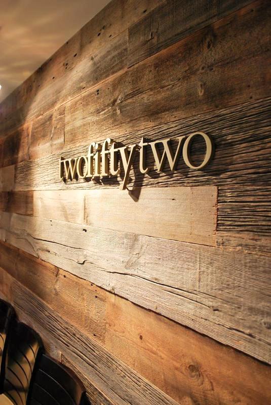 backdrop bằng gỗ chữ nổi