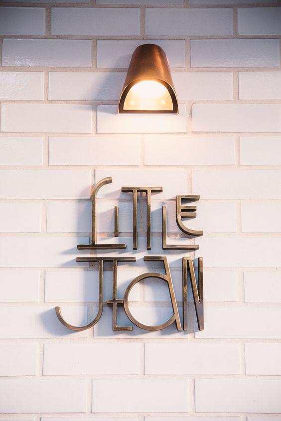 backdrop bảng hiệu cafe;