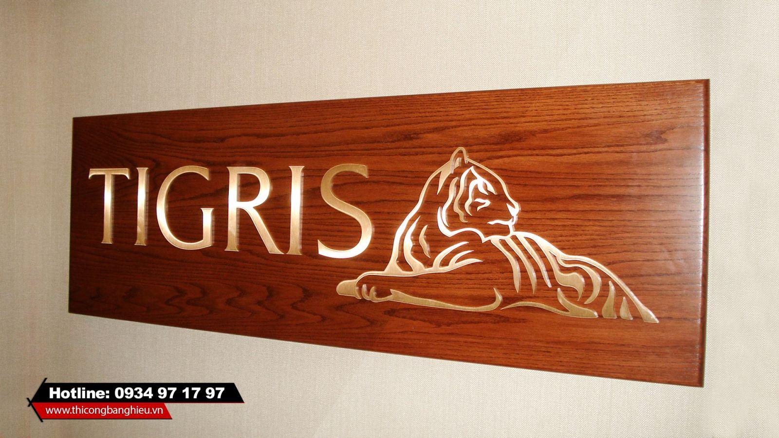 logo chữ nổi gắn trên nền gỗ