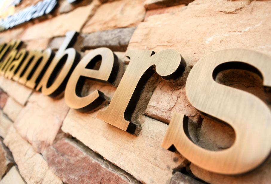 Hơn +25 mẫu bảng hiệu hộp đèn cho quán cafe của bạn từ gỗ, mica, alu